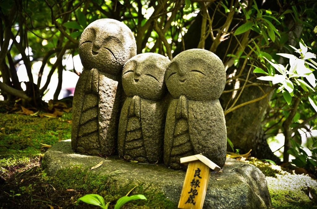 Pequeños Jizō en el templo Hase-dera. Foto de David Offf.