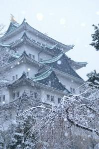 Snowing at Nagoya Castle. De mika.