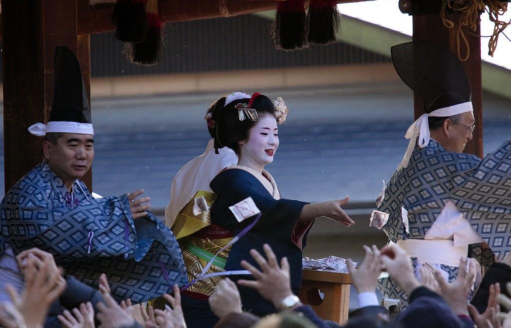 Setsubun. Tirando bolsitas de semillas de soja. Foto de Onihide.