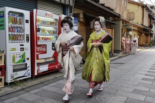 Geisha on their way to work, Kyoto, Gion district. Foto de Thierry Coulon