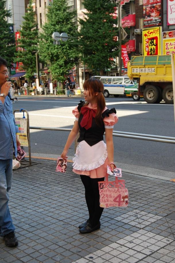 Maid repartiendo publicidad