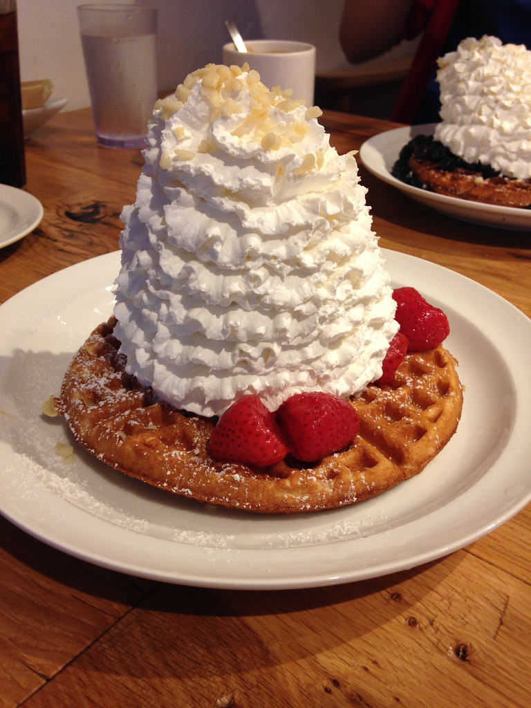 Waffles Strawberry Whip Cream with Nuts. Foto de Pei Fen Hsu