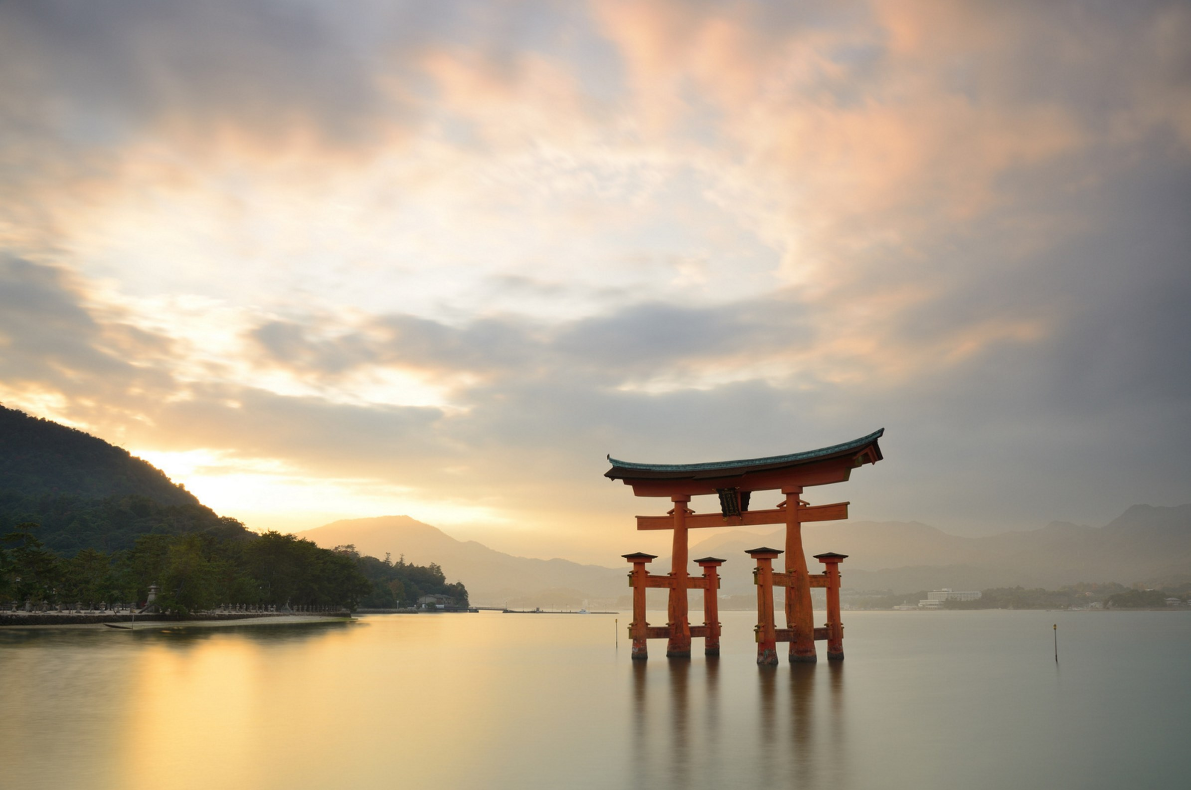 Torii in the sea. Foto de kennethchung