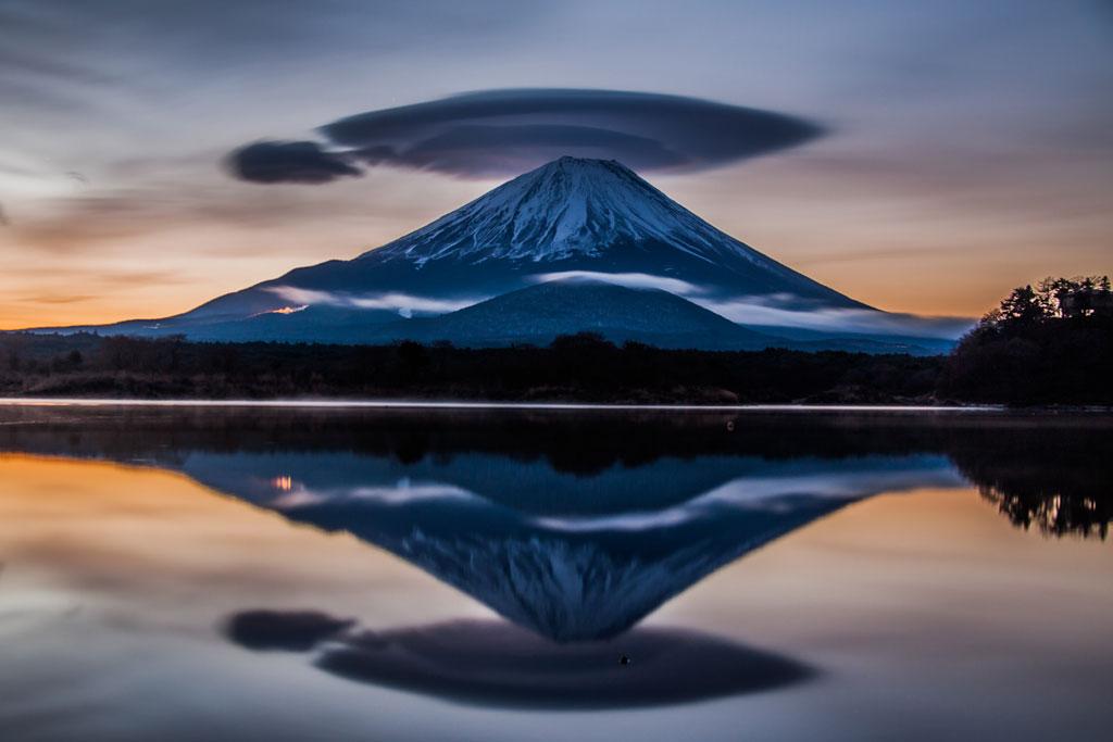 精進湖夜明けの笠雲富士山. Foto de umibozze