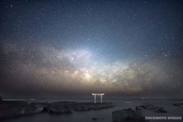 鳥居と天の川. Foto de rockmove