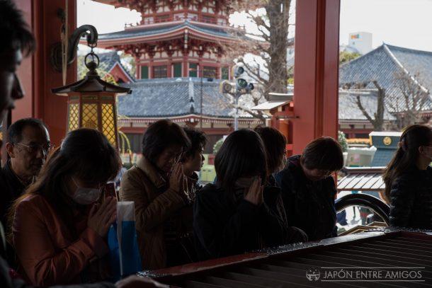 Rezando en el Templo Sensoji