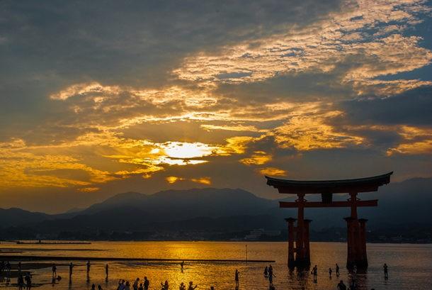 Atardecer en Miyajima con el torii del Santuario Itsukushima
